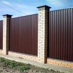 Забор из профнастила с применением кирпича